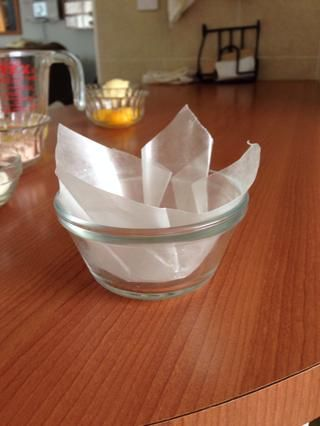 Alinear las tazas para hornear con papel encerado