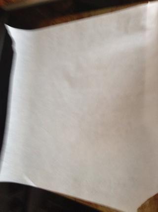 Forrar una bandeja con papel de pergamino (perdón por la imagen borrosa)