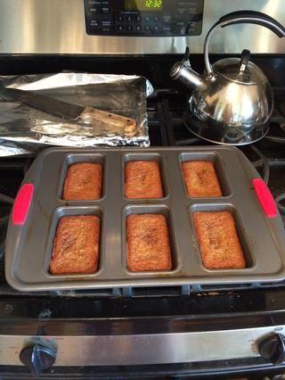 Cuando el probador de pastel salga limpio, tomar el molde de pan del horno y dejar enfriar durante unos 10 minutos.