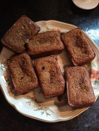 Sacar del molde, y ahí lo tienen! Delicioso calabacín de chocolate pan.