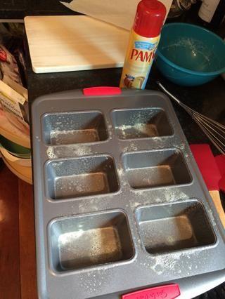 Engrasar el pan horneado.