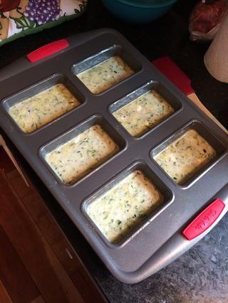 Vierta la mezcla en un molde para pan preparado. (Un molde para pan de 9 pulgadas funciona igual de bien)