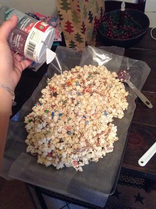 Vierta la mezcla en una bandeja cubierta con papel de cera y espolvorear. Deje que se endurezca y entonces usted puede servir!