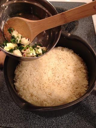 Añadir todos los ingredientes para el arroz cocido. Espolvorear con sal y pimienta si lo desea.