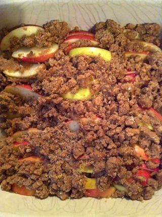 Vierta la mezcla sobre la parte superior de las manzanas.