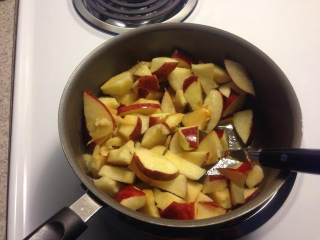 Mezclar las manzanas con la mantequilla derretida