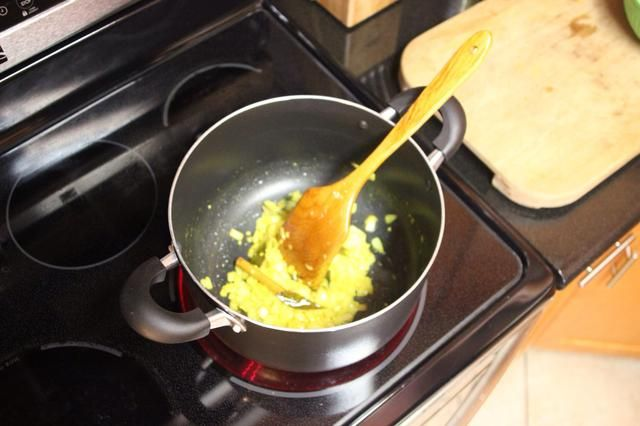 Calentar el aceite en la sartén, agregar la cebolla, el ajo, el palo de canela de Ceilán, la cúrcuma, hojas de curry y jengibre. Saltee durante 3-5 minutos a fuego medio hasta que las cebollas estén doradas.