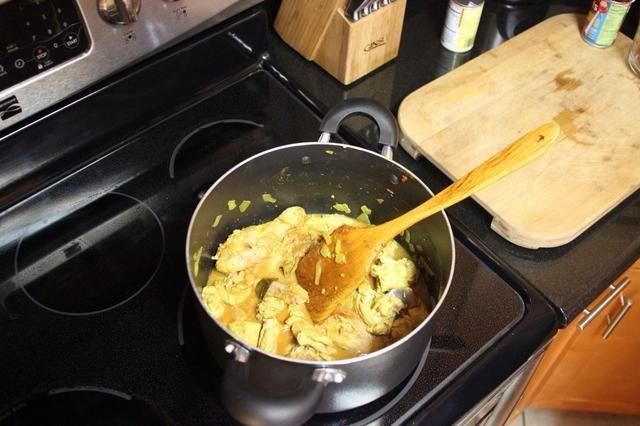 Añadir 1 taza de agua y la pasta de tomate, mezclar bien, tapar y cocinar durante treinta minutos a fuego medio.