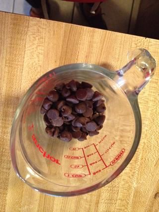 Mientras tanto, coloque los chips de chocolate en taza para microondas