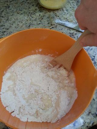 Mezclar con una cuchara de madera