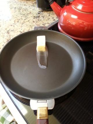 Derretir 2 onzas de mantequilla hasta que estén doradas. Dejar de lado