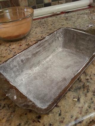 Engrasar y enharinar un molde 9x5x3 pulgadas. Establecer que aparte también.