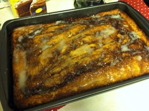 Mezclar todos los ingredientes para el glaseado juntos y llovizna sobre el pastel mientras está caliente.