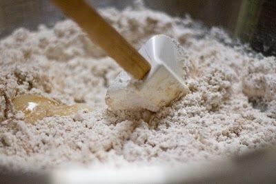 Mezcle los ingredientes secos en los ingredientes húmedos. Mezclar juntos hasta que're just blended.