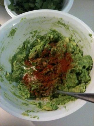 Aguacates Mash y agregar el ajo (o ajo en polvo) pimienta de cayena, sal y pimienta.