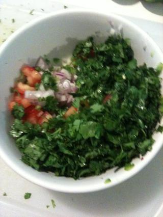 Mezcle el cilantro, tomates y cebollas en un recipiente aparte