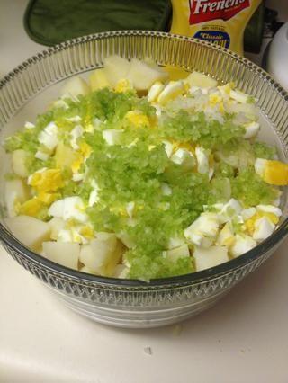 Añadir los ingredientes para plato de patatas