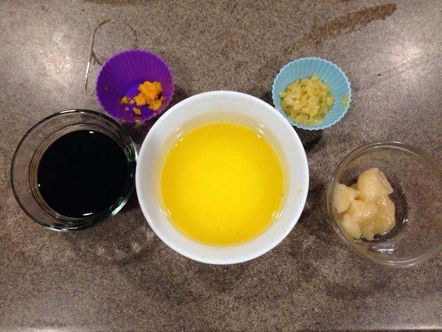Mientras las verduras se cocinan, mezcle el jugo de naranja, la ralladura, la miel, el ajo y la salsa de soja y dejar de lado. Yo nuked la miel durante 10 segundos para licuar.