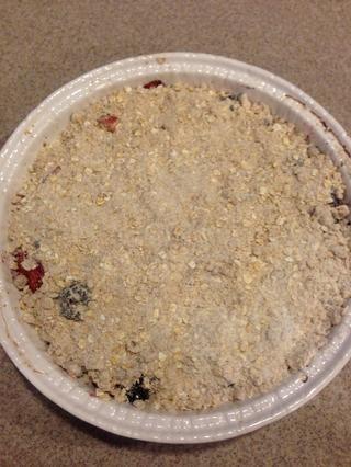 Luego, con el resto de la mezcla crumble, vierta el resto en la parte superior de una costra. En este punto, usted puede seguir adelante y hornear al igual que o usted puede añadir unos cubitos de mantequilla, por lo que'll get a nice crisp!