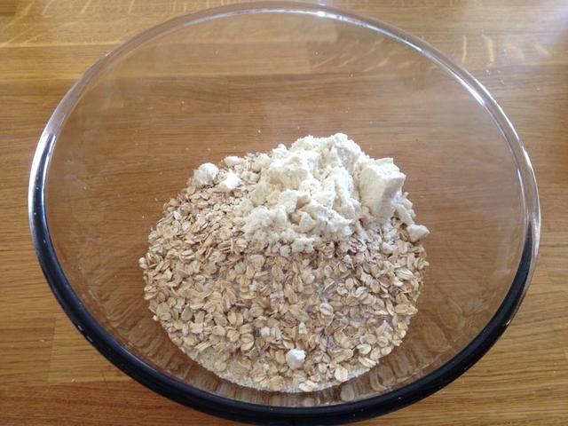 Añadir 3 cucharadas de polvo de proteína de suero de leche (opcional, yo uso uno sin aromatizantes que no tiene edulcorantes, etc.)