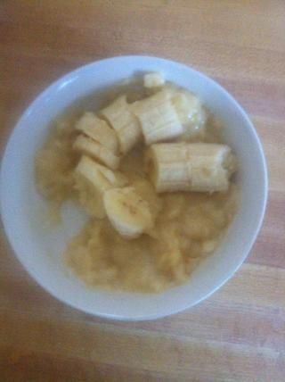 Triture los dos plátanos en un bol con una cuchara. Para hacerlo más fácil, corté los plátanos en trozos gruesos antes de maceración. Trate de aplastar tanto como sea posible para evitar aglomeraciones de banano en el panqueque.