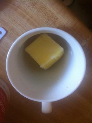 Antes de mezclar en el resto de los ingredientes, tienen la mantequilla derretida preparado. Poner la mantequilla en una y microondas durante 10 segundos a la vez hasta que esté completamente derretido.