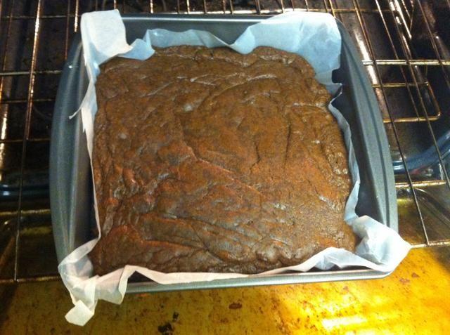 Tome el brownie acabado de salir del horno y deje enfriar. (Advertencia: este paso también implica un hotoven- tome todas las precauciones necesarias)
