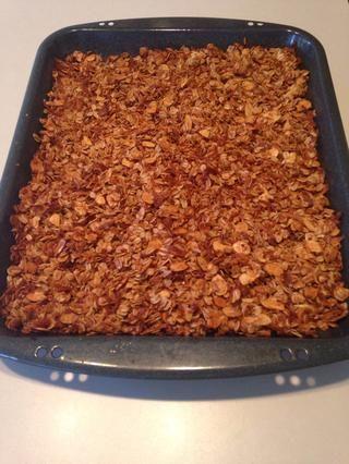 Después de 45 minutos, su granola se parece a esto! Retire del horno y revuelva ocasionalmente como granola enfría y se endurece.
