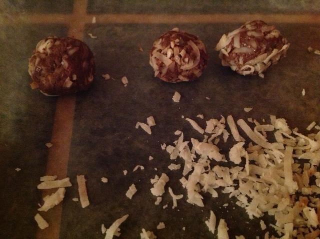 Hacer Nutella en bolas y rodar en coco