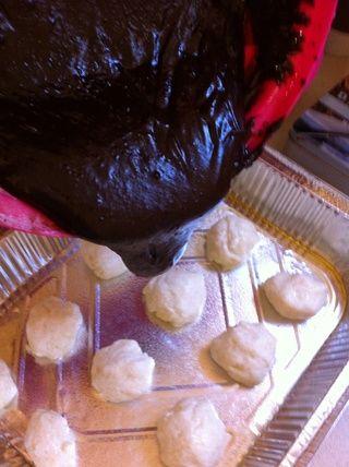 Vierta la mezcla de brownie más de queso y coco bolas.