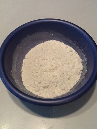 En un tazón, mida 3/4 taza de harina. Dejar de lado.