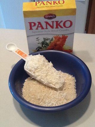 En un tercer recipiente, combine Panko (pan rallado japonés) y el coco.