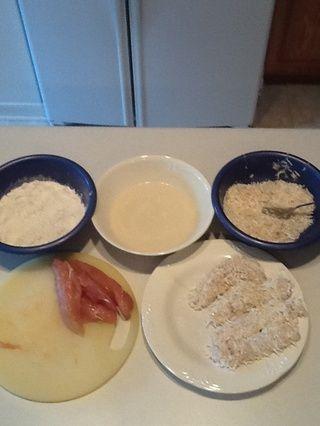 Organice su estación de trabajo. Sumerja el pollo (ambos lados) en cada recipiente en este orden: harina, pasta, Panko / coco. Organizar camarones en la placa hasta que son maltratadas todas las ofertas de pollo.