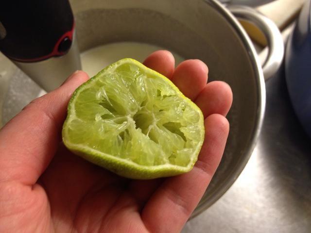 Añadir el jugo de limón ... y revuelva.