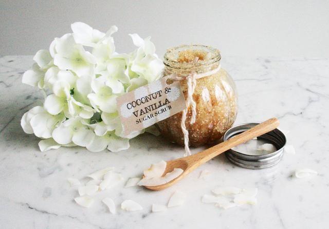 Más detalles: http://lifeknacks.com/diy-coconut-vanilla-sugar-scrub/