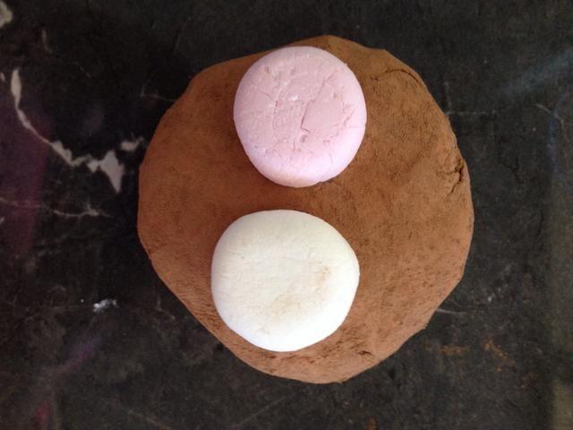 Se adhieren a la parte superior de la magdalena para que se vea como un chocolate caliente.