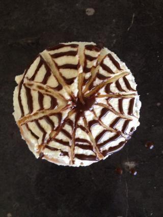 Usando un pincho, dibujar líneas desde el centro del remolino hacia el exterior para crear un patrón de café.