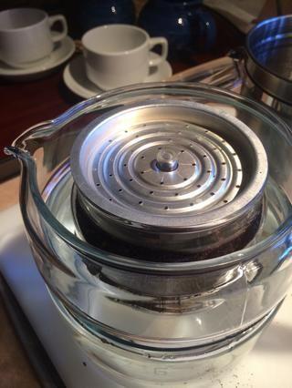 Coloque el difusor en la parte superior de la canasta de preparación.