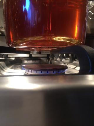 Baje el fuego o la llama a la posición más baja. Hervir a fuego lento. Asegúrese de que el café es todavía perking través del tubo y sobre los granos. Establecer un temporizador durante 8 minutos.