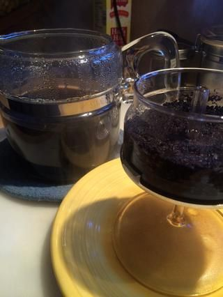 Retire el recipiente del filtro y el tallo beneficio de la olla. Ten cuidado, este es caliente!