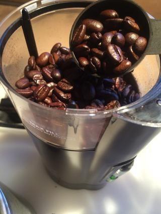 La regla de oro para el café de cafetera a los frijoles es una cucharada (1 tbls pesados) por cada taza. Una taza de café es en realidad 6 onzas de agua.
