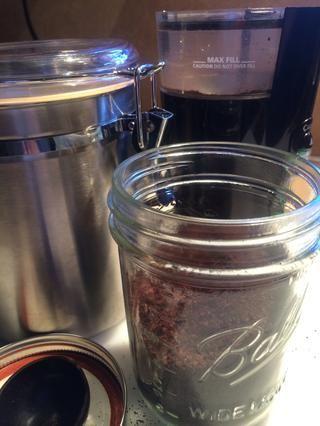 Almaceno todos los granos de café molido no utilizados en tarros de bolas y mantenerlos en el gabinete.