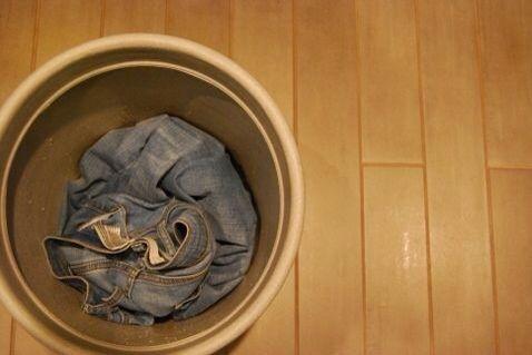 Asegúrese de que sus pantalones vaqueros se lava y se seca. Póngalos en su cubo que don't mind ruining or a stainless steel sink.