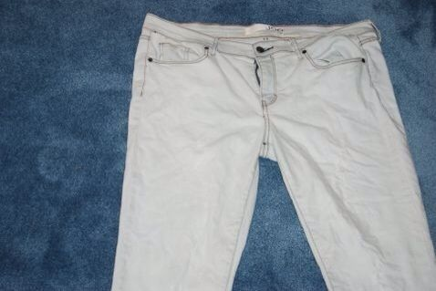 A continuación,'ll probably need to bleach your Jeans as the Color Remover may not do a perfect job. Ensure you have them as colorless as possible. Wash and dry your Jeans again.