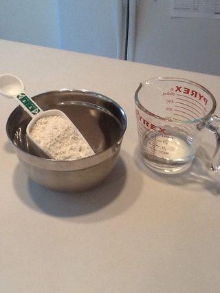 Mida la mezcla para panqueques y el agua. Sí, yo uso la mezcla en lugar de masa a partir de cero. La cocción se supone que es divertido! usted're allowed to take a few shortcuts! :-)