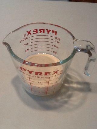 Vierto la mezcla de nuevo en mi taza de medir para que sea más fácil para verter la masa en la plancha.