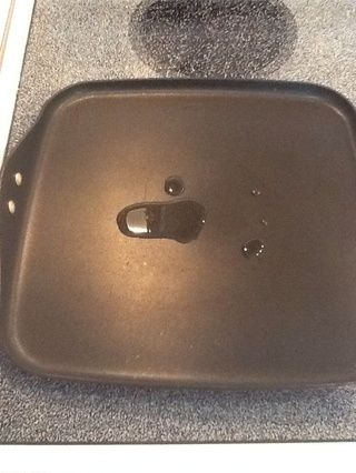 Precaliente el sartén a fuego medio (o un poco por debajo de media) y añadir una cucharada de aceite.