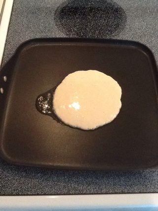 Vierta la mezcla directamente sobre el aceite. Esto hará que sus bordes crujientes como en los restaurantes.