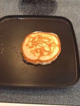 Cuando le da la vuelta, su lado inferior de la torta debe tener este aspecto. Cocinar un minuto o dos, y luego voltear la panqueque en un plato.