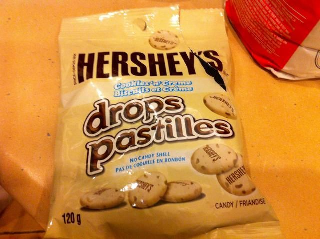 Utilice 1 taza de Hershey's cookies n creme drops. You could also use the cookies n creme chocolate bar.